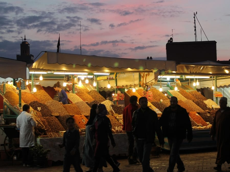 TravelXL-van-Limburg-MAROKKO-Djemaa-el-Fna-plein-fruit-stalletjes