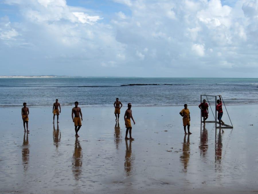 TravelXL-van-Limburg-BRAZILIE-strand-voetbal