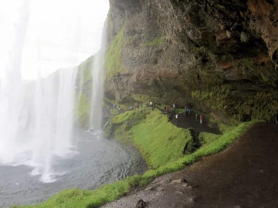 TravelXL-van-Limburg-IJSLAND-achter-waterval