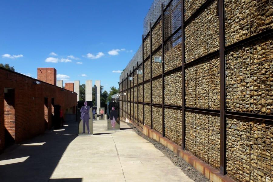 travelxl-van-limburg-zuid-afrika-apartheidsmuseum-buiten